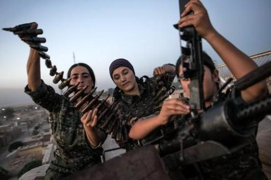 Curdas com metralhadora