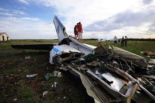 Ucranianos vão tirar foto nos destroços da AN-26